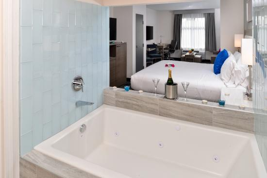 king suite leisure jacuzzi tub picture of holiday inn. Black Bedroom Furniture Sets. Home Design Ideas