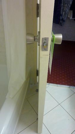 Days Inn St. Catharines Niagara: Can't open the door to full position