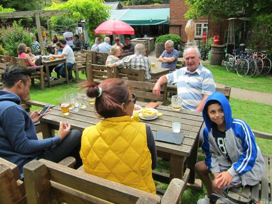 The White Horse Public House & Restaurant: Lunch with friends in the pub garden