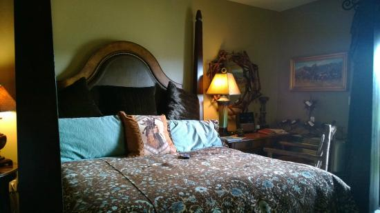 Dancing Wolf Resort: King Bed