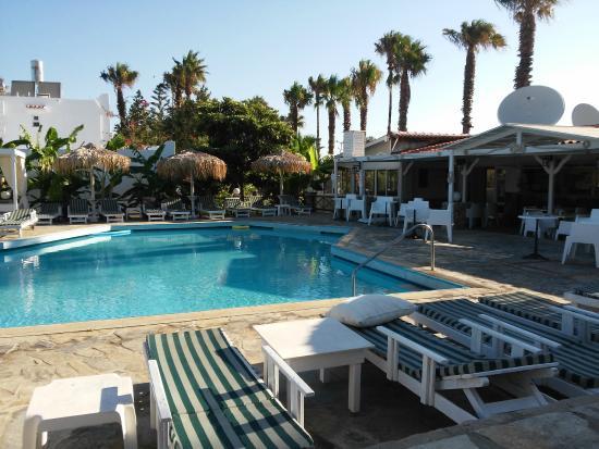 Diamond Apartments: Bar and pool