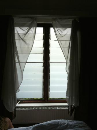 Hotel Het Witte Paard: glazen schutters voor het raam