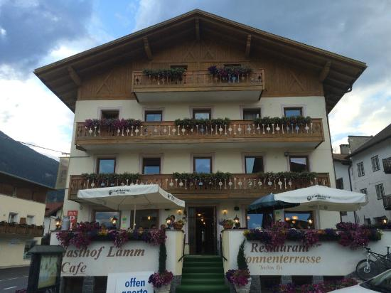 Hotel Lamm : View of the hotel and dining area outside