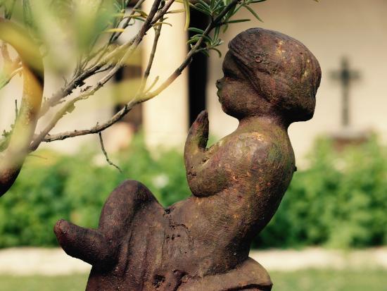 Saint-Loup-Geanges, Francia: Garden statues
