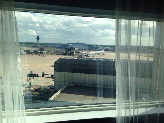 Radisson Blu Hotel, Manchester Airport: View from bedroom.