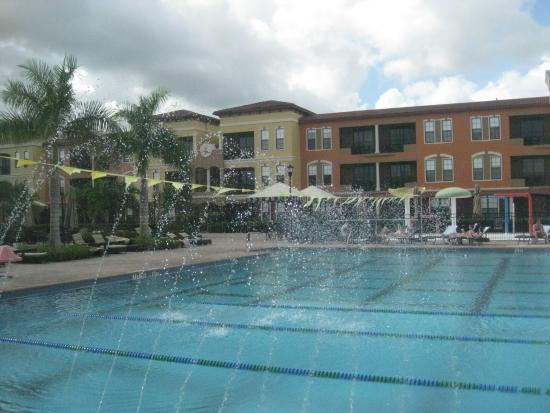 Emerald Greens Condo Resort: Enormous pool