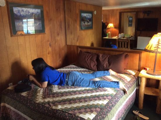 The Trail's End : 這張床就佔了客房幾乎1/2的空間。