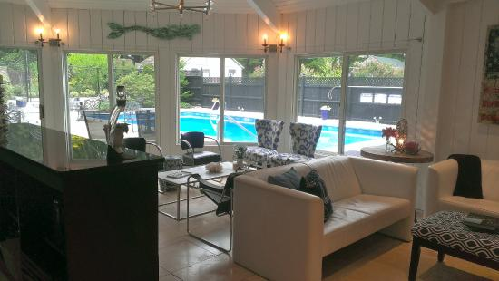 West Harwich, MA: Relax in the Lounge of the Platinum Pebble Boutique Inn