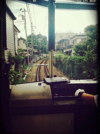 Enoshima Electric Railway: 先頭車両、運転席の後ろから… 住宅地ギリギリを走る江ノ電。