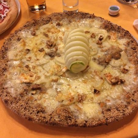 Pizza nera con brie, pere, noci e miele