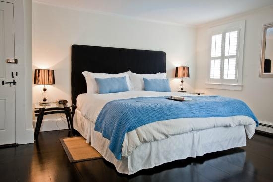 West Harwich, MA: Deluxe room at the Platinum Pebble Boutique Inn