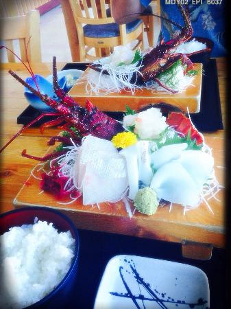 Manazurusakanaza : 新鮮な魚がホントに美味しいお刺身定食。 伊勢海老はこの後、お味噌汁にしてくれました♫