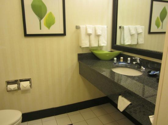 Fairfield Inn & Suites Richfield: Love these types of bathrooms!  Very clean
