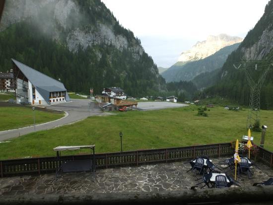 Hotel Tyrolia: dalla mia camera: a sx funivia x Marmolada