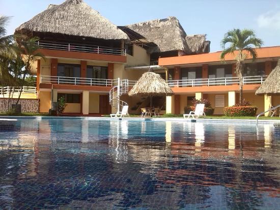 Hotel Marbrissa: Vista de Nuestro Restaurante Bahía y piscina!1