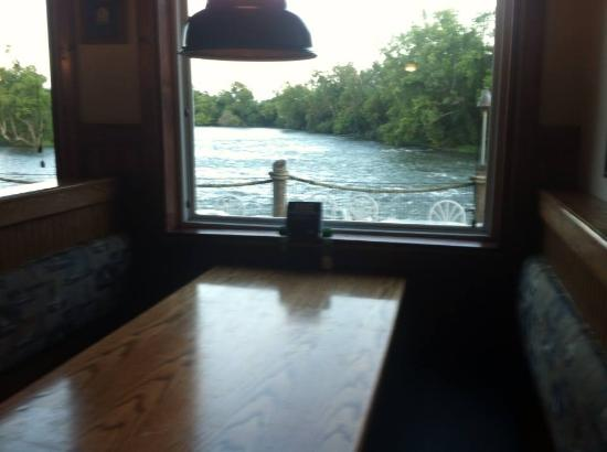 Riverfront Seafood Company: Four empty tables the ENTIRE time - we went for a meal with a view and left disappointed.