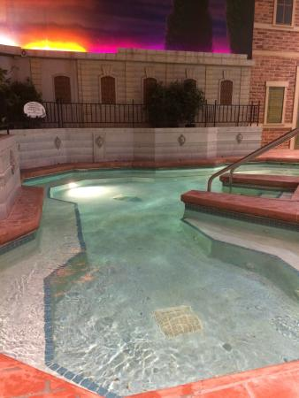 Venetian Indoor Waterpark: I don't know if it was the chlorine or what but after 5 min in the spa my eyes started to burn.