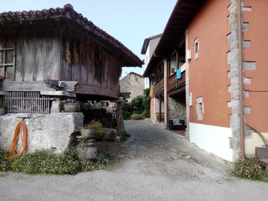 Hotel Rural El Llagar: Hotel a la derecha