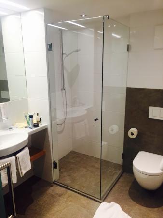 Seebichl Hotel: Die Fotos zeigen den Ausblick aus Zimmer 112 zum Wilden Kaiser, die Einrichtung von Zimmer 112 s