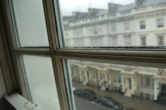 staubschicht am fensterrahmen picture of new england hotel london tripadvisor. Black Bedroom Furniture Sets. Home Design Ideas