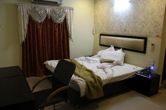 Hotel SG Comforts: Bed Room
