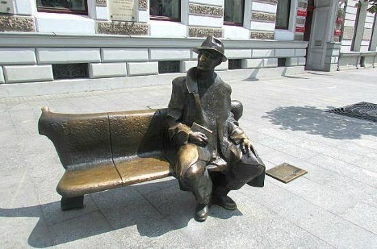 Lodz, Polonia: Na ławeczce obok Tuwima myśli stają się takie poetyczne...