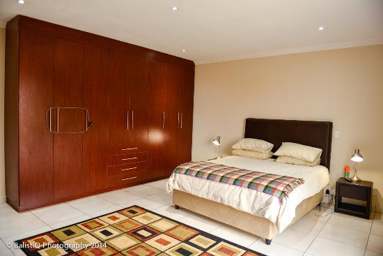 Royal Solwezi Hotel: Main bedroom in self-catering Apartments