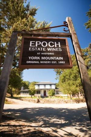 Templeton, Kaliforniya: Epoch at the historic York Mountain property (once the first bonded winery in the Central Coast)