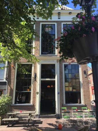 De Wijnhaven: exterior of cafe