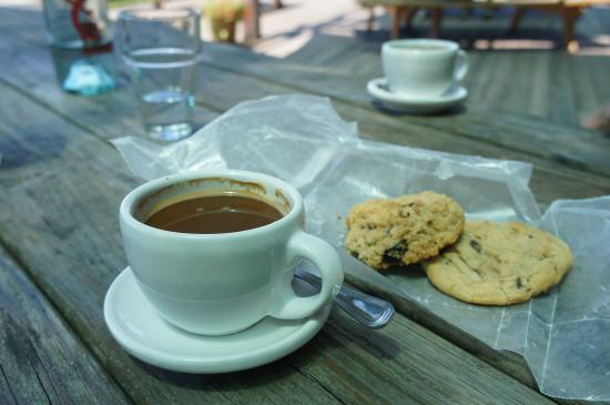Red Newt Cellars Winery & Bistro: Coffee and cookies.