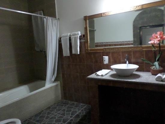Salle De Bain Avec Baignoire Et Grand Miroir Picture Of Puri