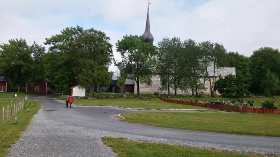 Sandnessjoen, النرويج: Avstandabilde av Alstahaug kirke. Museet ligger rett bak kirka.