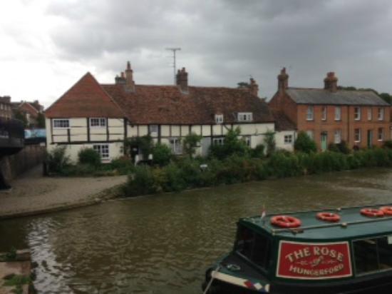 Kennet & Avon Canal: Pretty Tudor cottages, Hungerford Wharf, Berkshire