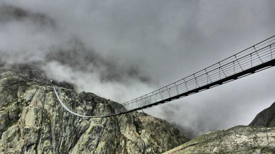 Gadmen, Ελβετία: ponte accarezzato dalle nuvole