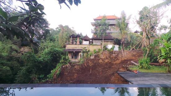 Matahari Cottage Bed and Breakfast: Trou béant en apic de la piscine