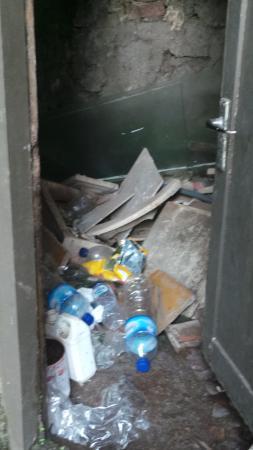 Matahari Cottage Bed and Breakfast: Ordures au pied de la chambre