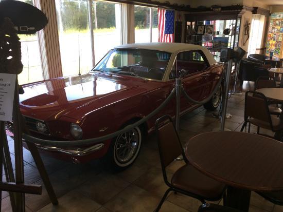 Classic Motor Inn: Always has a classic car in the lobby