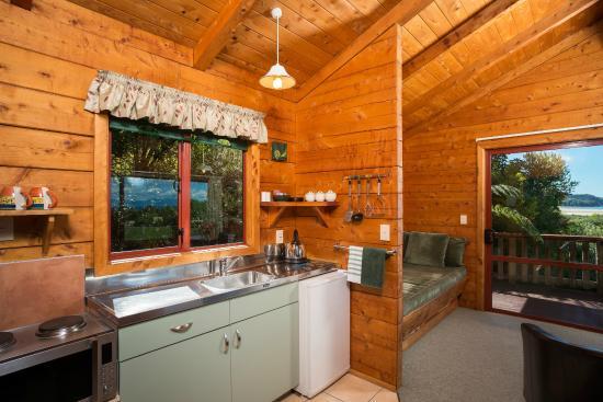 Abel Tasman Ocean View Chalets: One bedroom chalet kitchen