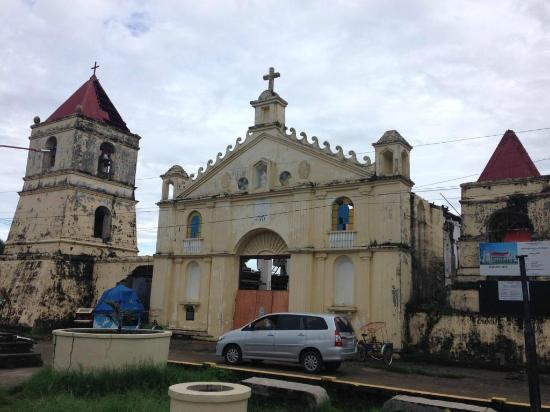 Balangiga, Filipiny: Damaged church by Yolanda