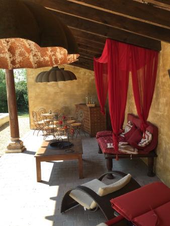 Le Mas du Puits d'Amour: Slaapkamer, living, ontbijt, zwembad, lounge bij zwembad: absolute aanrader in Orange!