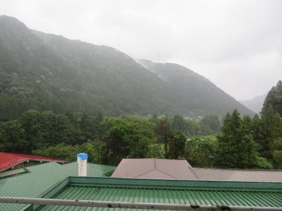 Hotel Gujo Hachiman : 部屋からは、ホテルの緑色のトタン屋根しか見えない