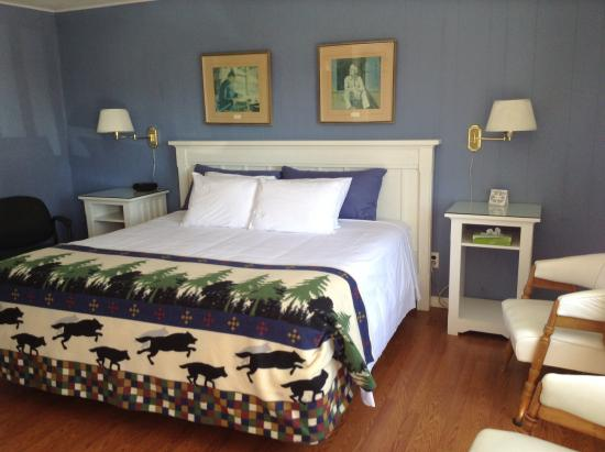 Grandview: King size bed room 10