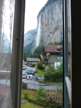 Hotel Jungfrau Lauterbrunnen: Staubachfall view from the window