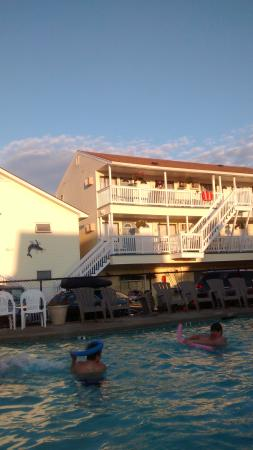 Mainsail Motel & Cottages: Our room view of pool-third floor