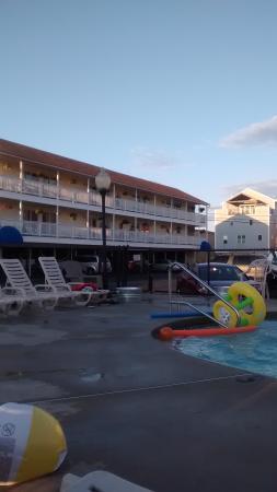 Mainsail Motel & Cottages: Our friends view.
