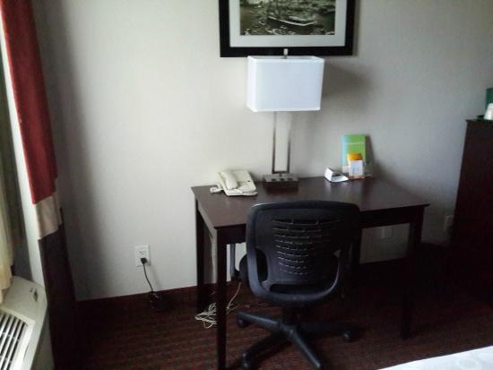 La Quinta Inn & Suites Tampa Bay Area-Tampa South: Desk at Room