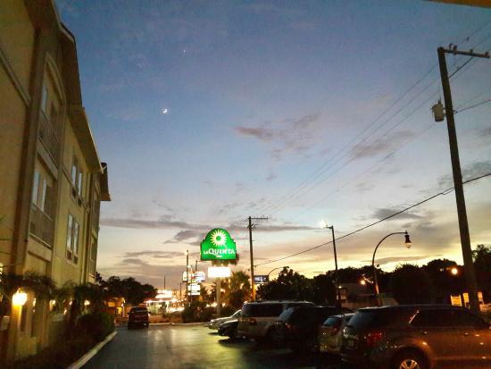 La Quinta Inn & Suites Tampa Bay Area-Tampa South: Hotel Entrance & Parking Lot
