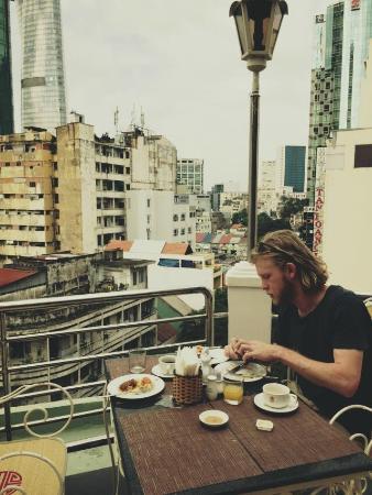 Huong Sen Hotel: rooftop breakfast