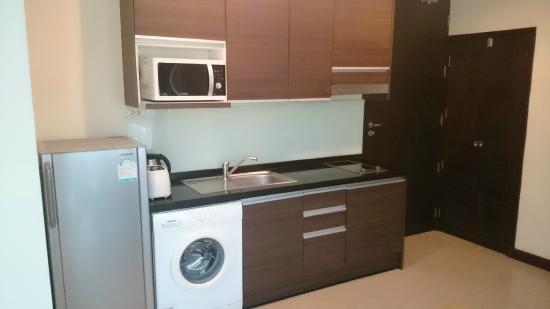 Arisara Place Hotel: kitchen area