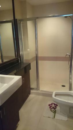Arisara Place Hotel: bathroom